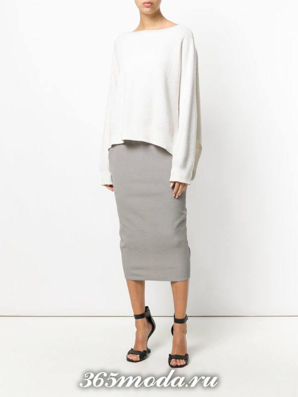 серая юбка карандаш с белым свитером оверсайз