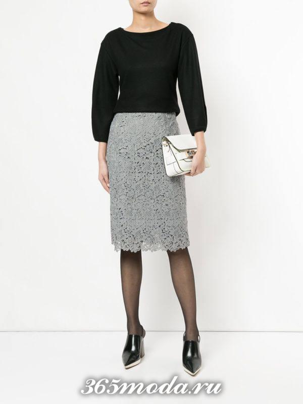 серая кружевная юбка карандаш с черной блузкой
