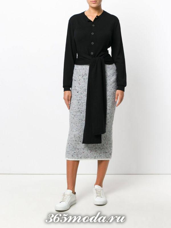 серая вязаная юбка карандаш с черным кардиганом с поясом