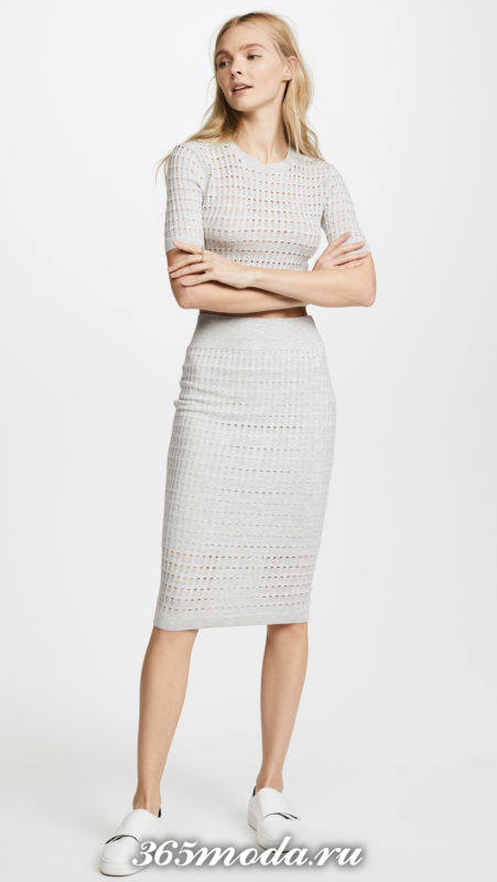 серая текстурная юбка карандаш с чем носить
