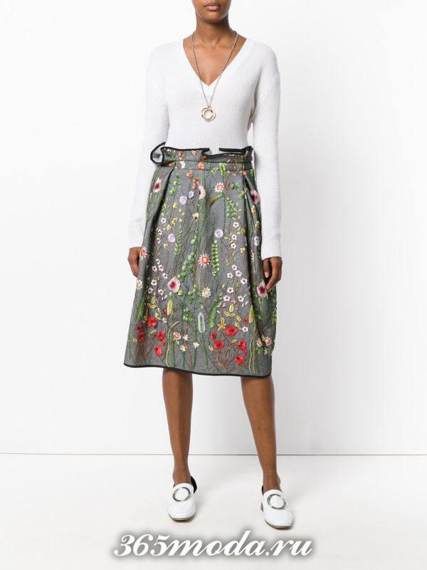 серая юбка тюльпан с принтом и белым свитером