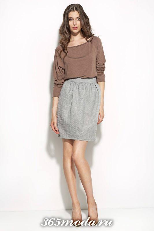 серая юбка тюльпан с коричневым свитером