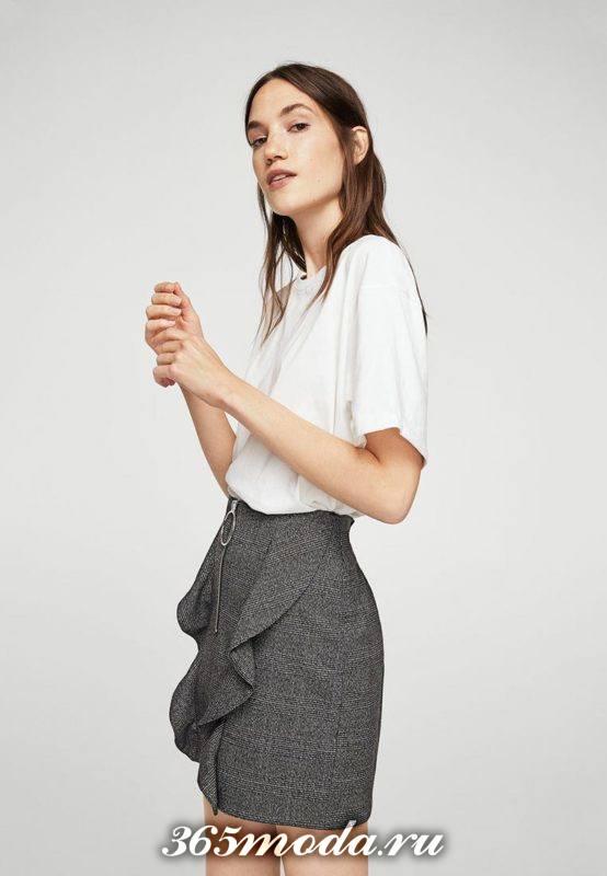 серая юбка тюльпан с оборкой и белая блуза