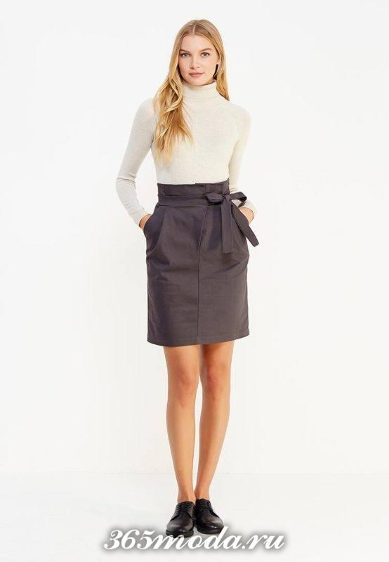 серая юбка тюльпан с поясом и белый гольф