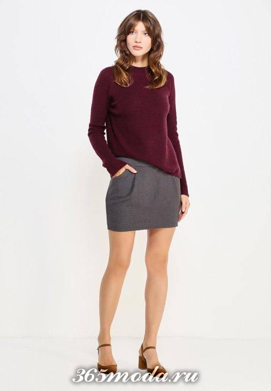 серая короткая юбка тюльпан с карманами и бордовый свитер