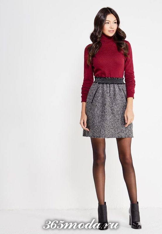 серая юбка тюльпан с поясом и бордовый свитер под горло