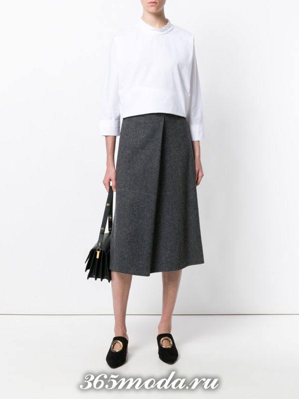 серая шерстяная юбка со складкой и белая блузка