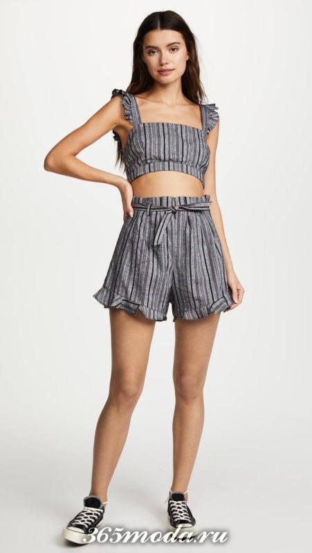 серая юбка-шорты в полоску с топом в полоску