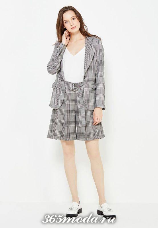 серая юбка-шорты с принтом с пиджаком с принтом