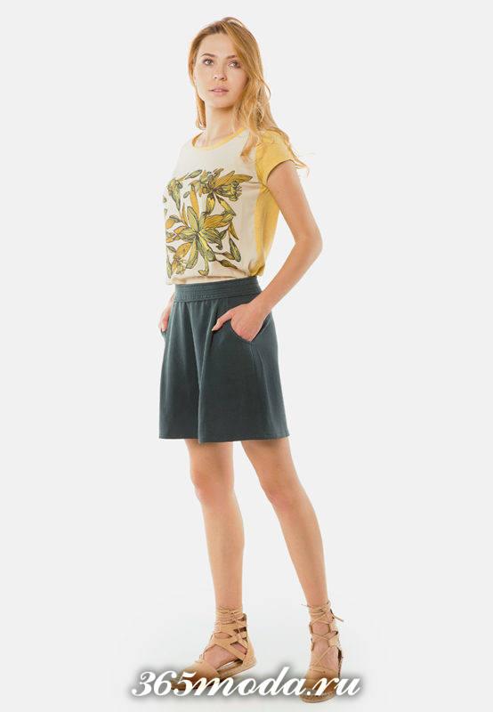 серая юбка-шорты с футболкой с рисунком
