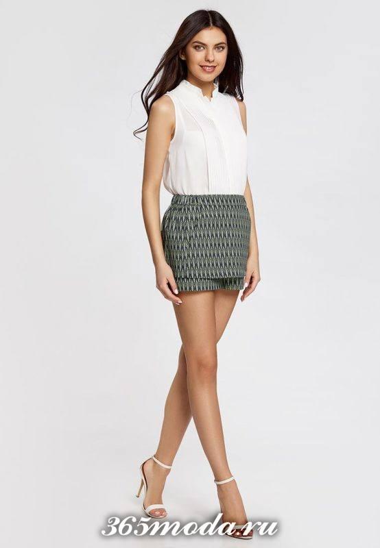 короткая серая юбка-шорты с принтом с белым топом