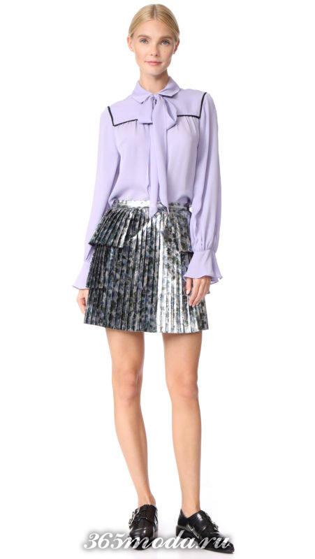 короткая серая юбка плиссе с принтом и серая блузка