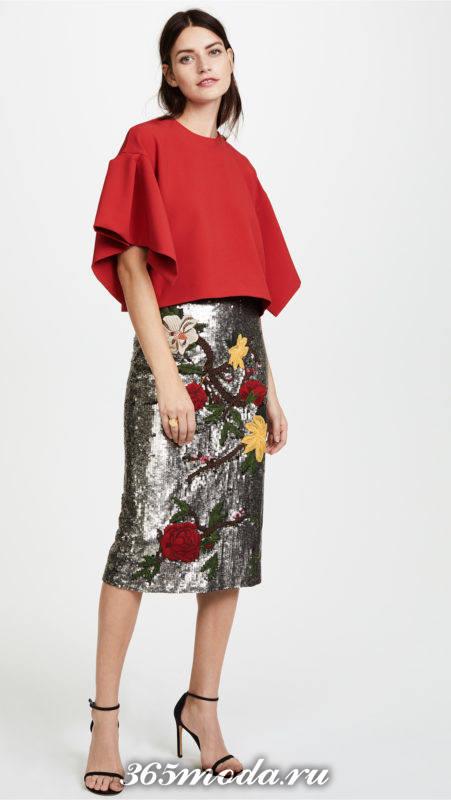 блестящая серая юбка с рисунком и краный топ