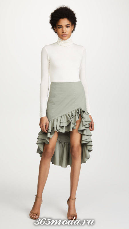 серая асимметричная юбка с воланами и белый свитер