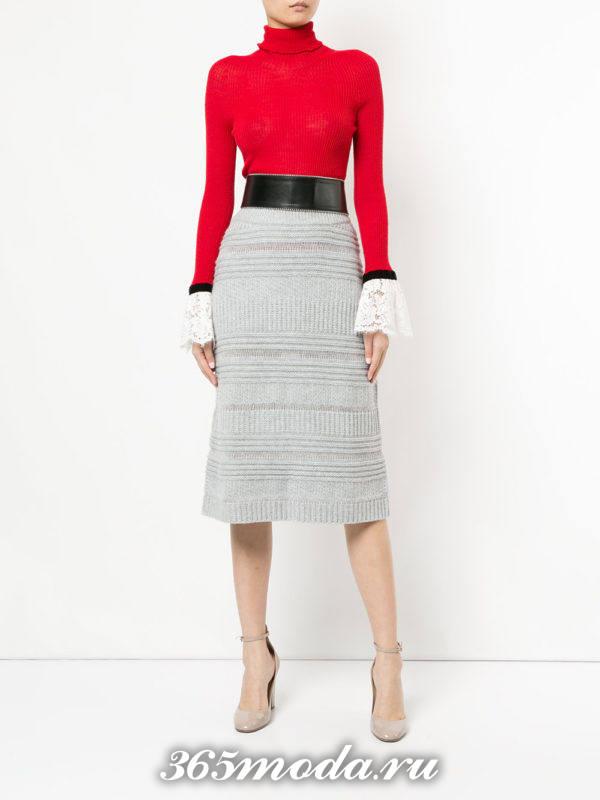 серая шерстяная вязаная юбка с поясом и красный свитер