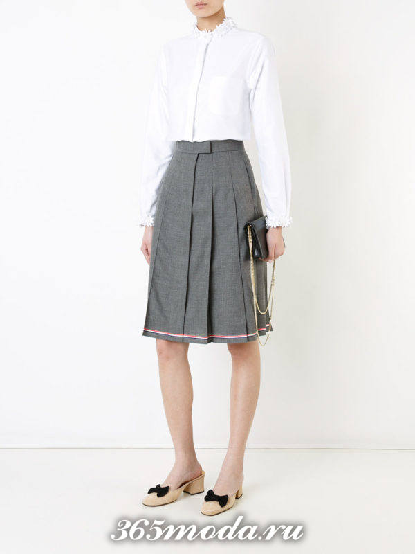 серая юбка плиссе с белой блузкой
