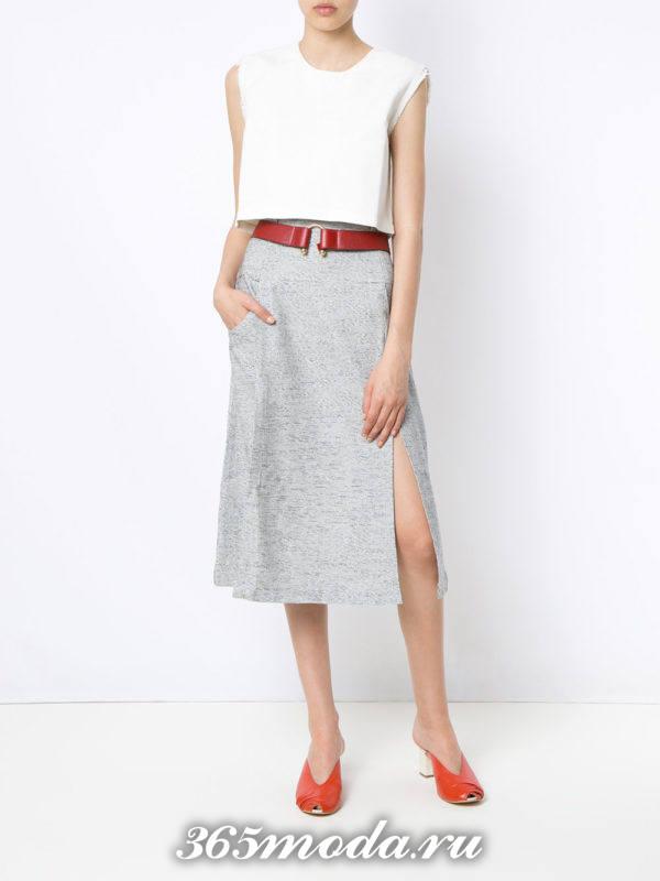 серая юбка миди с разрезом с белым топом