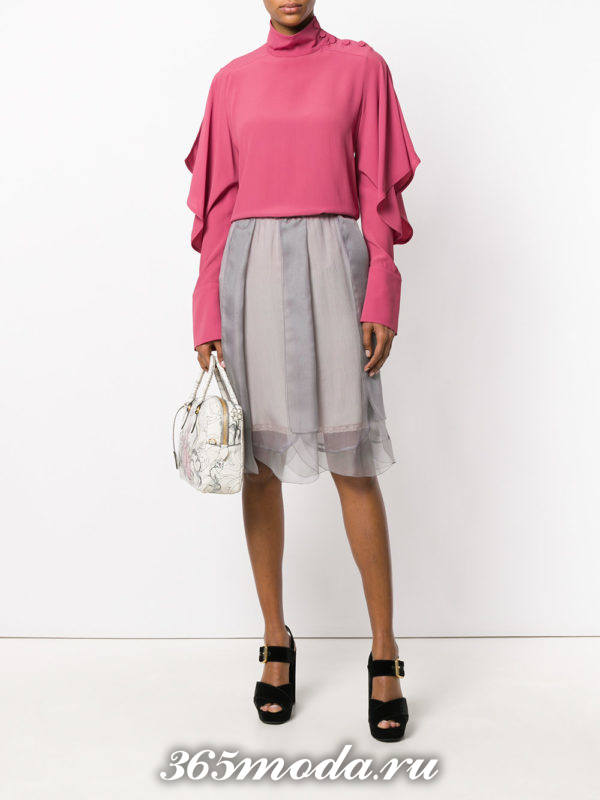 серая многослойная юбка плиссе с розовой блузкой с оборками