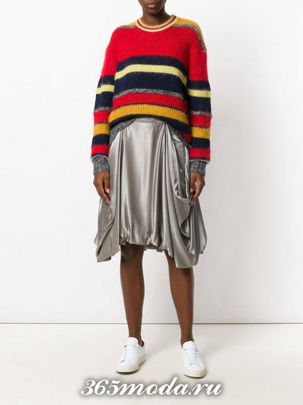 серая асимметричная шелковая юбка с полосатым свитером
