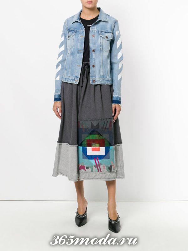 серая юбка миди с рисунком с джинсовой курткой
