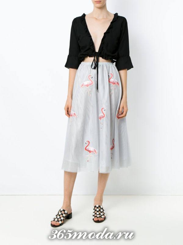 серая юбка миди с принтом с черным болеро