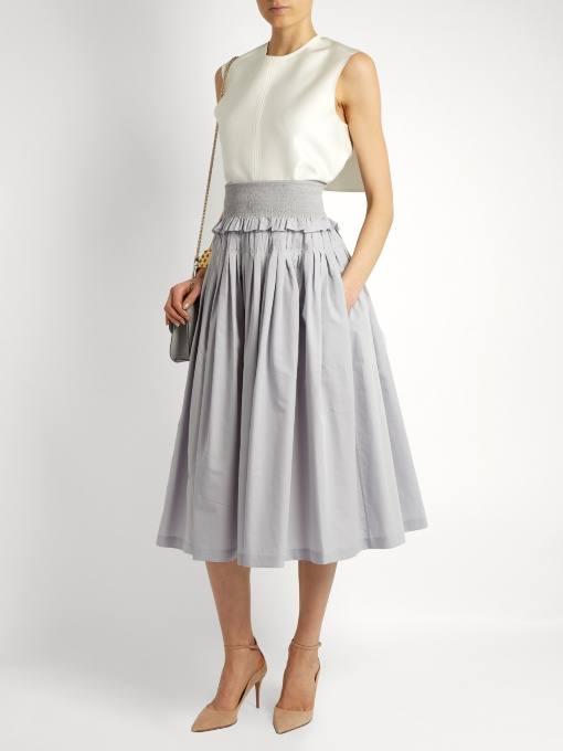 серая юбка клеш с белым топом