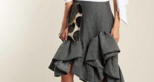 серая асимметричная юбка с оборками с белой блузкой