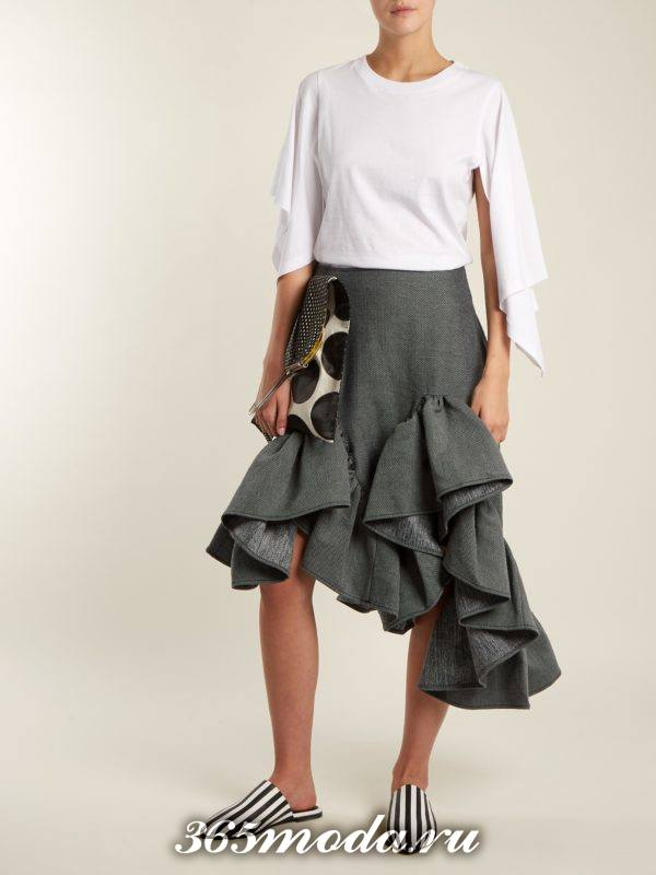 серая асимметричная юбка с оборками с чем носить
