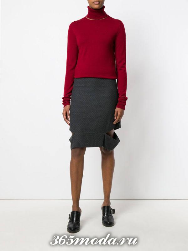 серая шерстяная юбка карандаш с разрезами и бордовым свитером