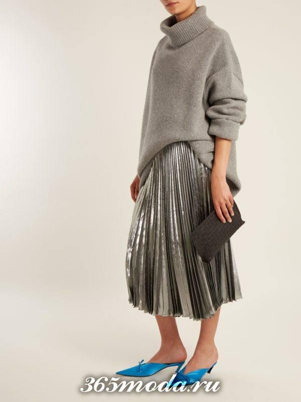 серая блестящая юбка плиссе с серим свитером оверсайз