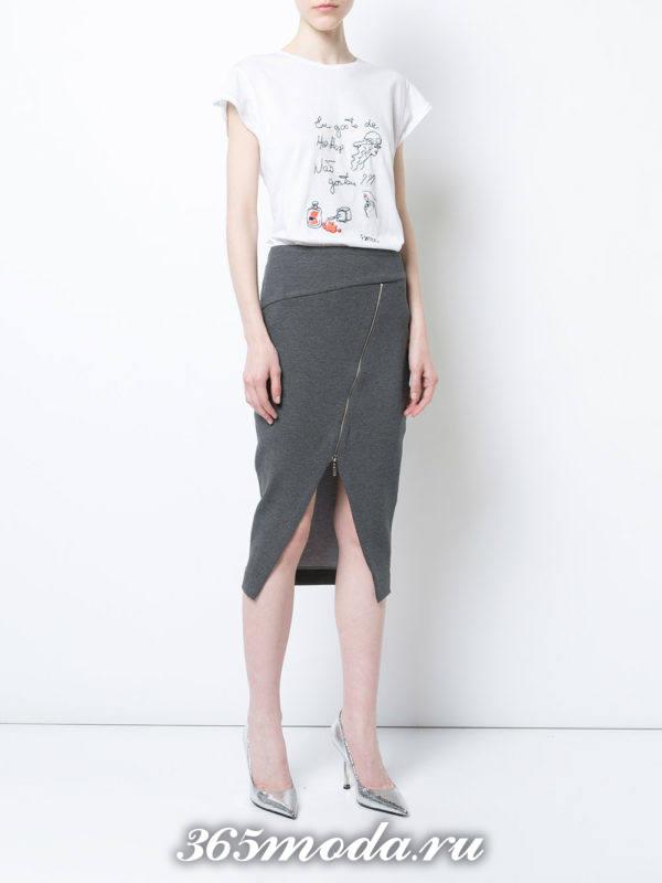 серая шерстяная асимметричная юбка с молнией и белая футболка с рисунком