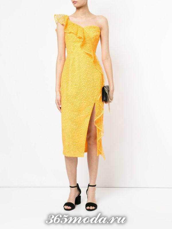новогоднее желтое кружевное платье футляр с разрезом