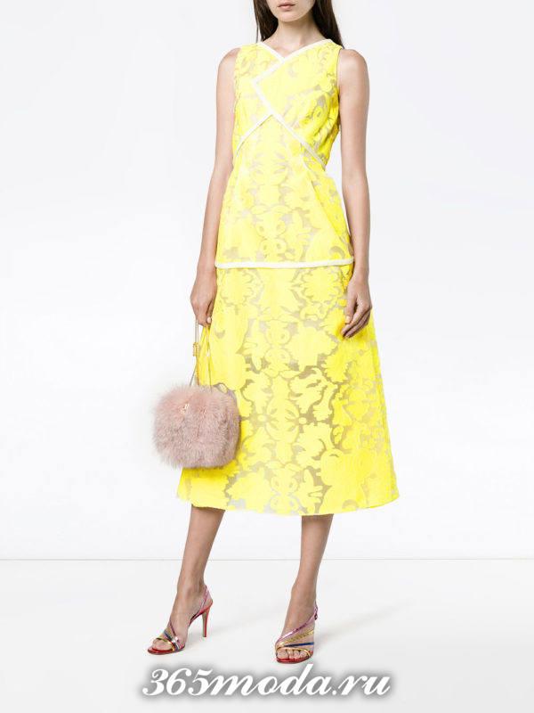 новогоднее желтое платье миди с принтом