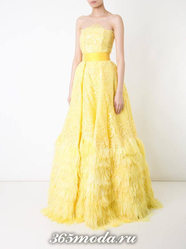 новогоднее желтое пышное макси платье с поясом