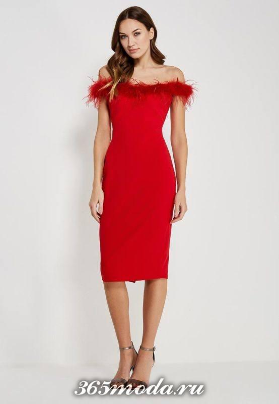 новогоднее красное платье футляр с открытыми плечами