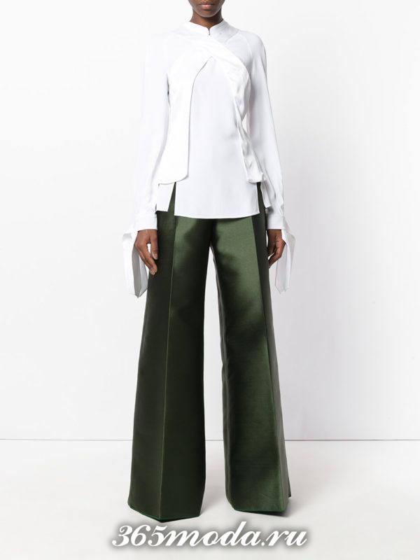 новогодние зеленые брюки клеш с белой блузкой