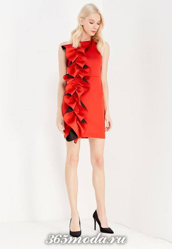новогоднее красное мини платье с оборкой