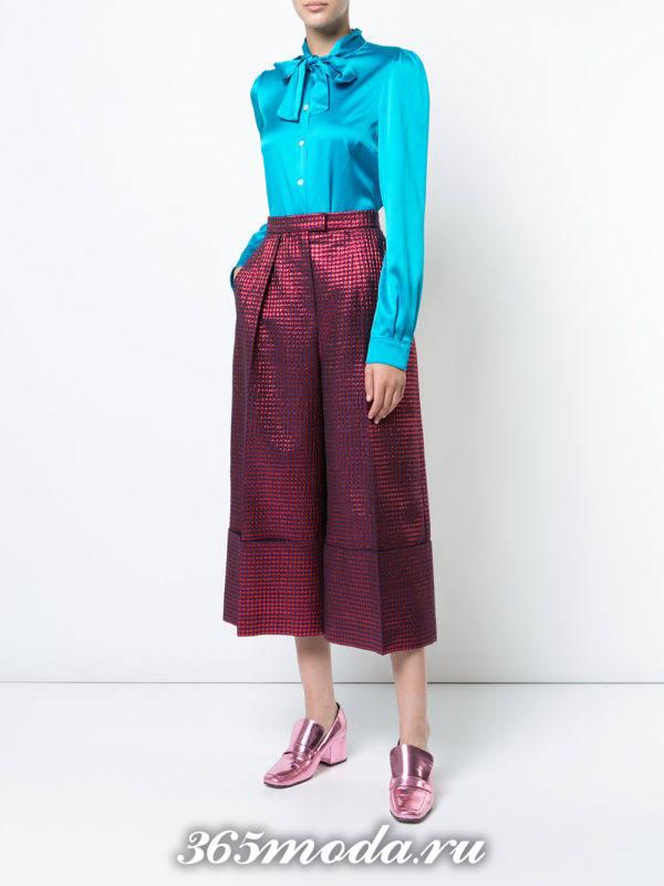 новогодние пурпурные брюки кюлоты с принтом и голубая блуза