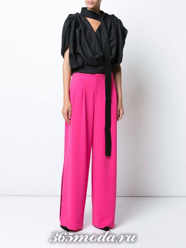 новогодние пурпурные широкие брюки с черной блузой