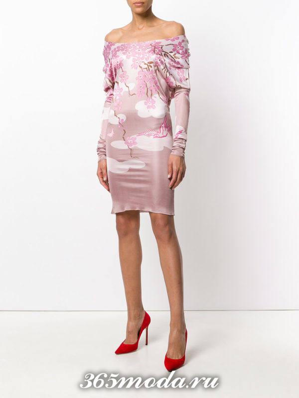 новогоднее розовое мини платье с принтом