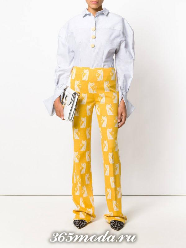 антиновогодние брюки с животным принтом и голубая блузка