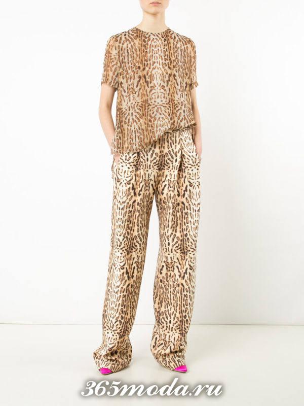 антиновогодний комплект из широких брюк и топа с леопардовым принтом