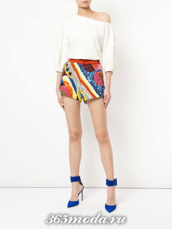 новогодние разноцветные короткие шорты с белой блузой