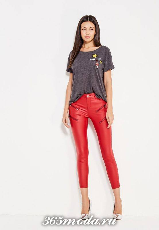 новогодние красные кожаные брюки с серой футболкой
