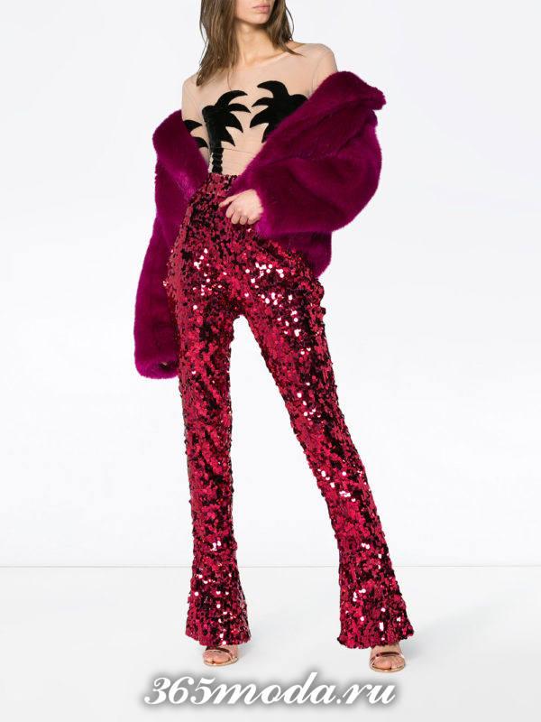 новогодние блестящие красные брюки клеш с пурпурной шубкой