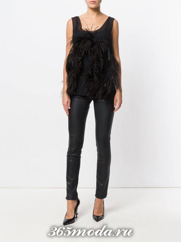 новогодние черные брюки скинни и черный топ с перьями