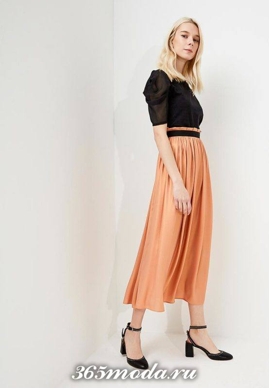 новогодняя оранжевая юбка клеш с поясом и черная блуза