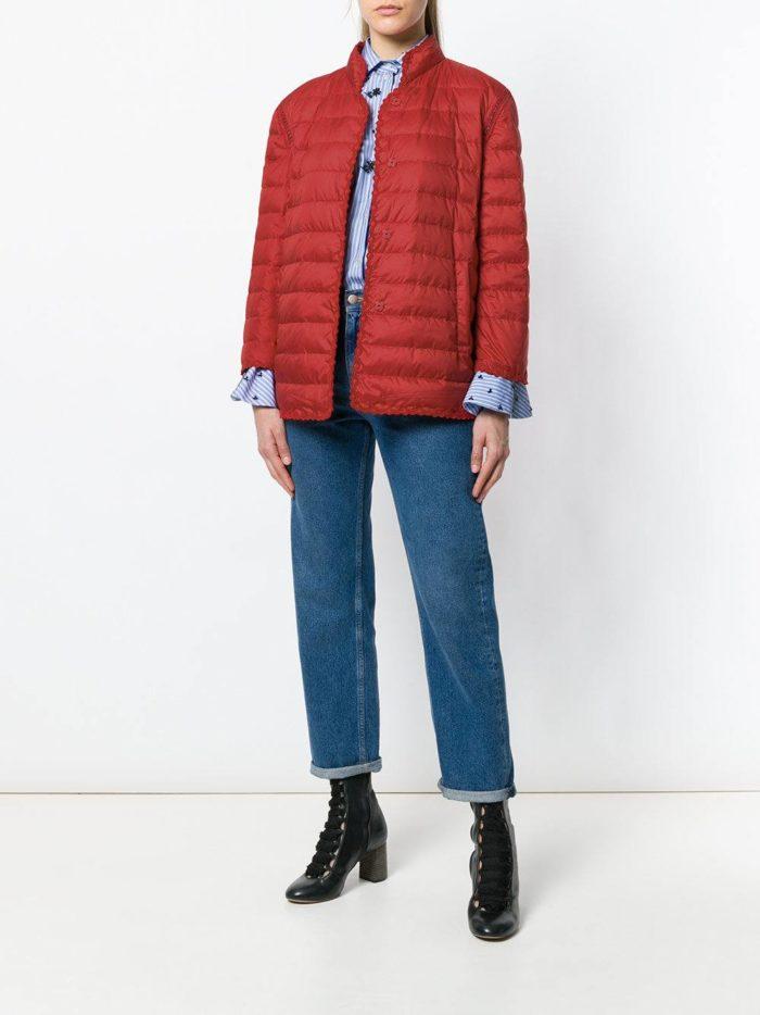 пуховик цвета марсала с джинсами