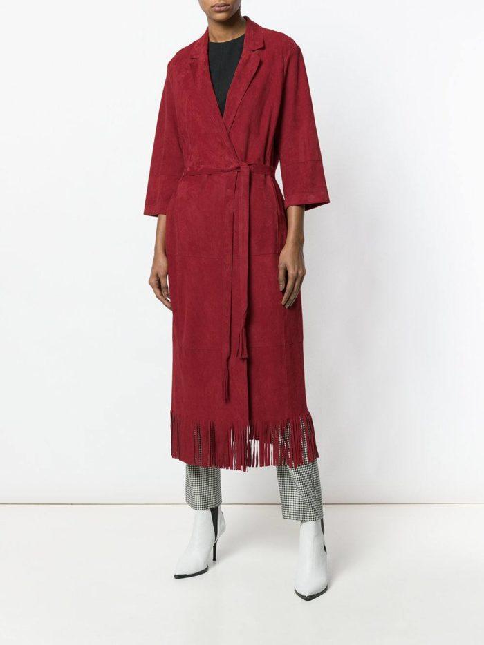 пальто цвета марсала с бахромой и поясом