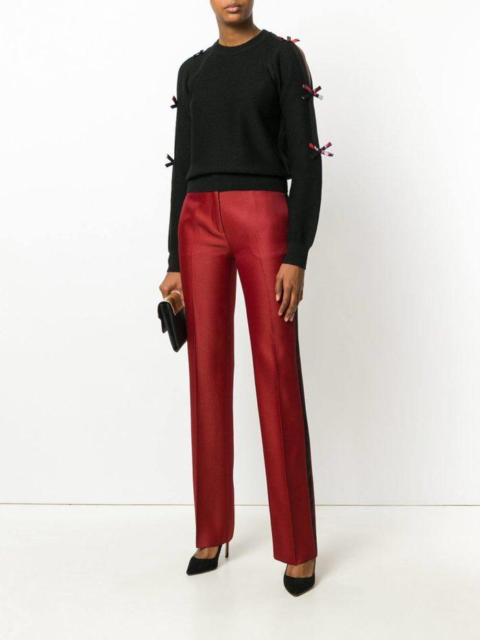 брюки марсала и черный свитер